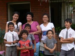 """Hausmutter """"Tia Maria"""" mit ihren Schützlingen"""